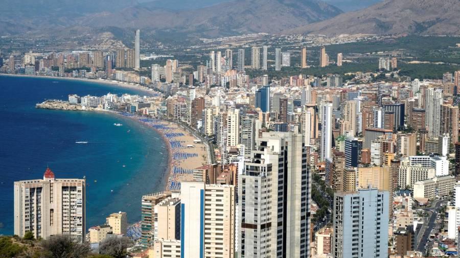 elogio-de-benidorm-el-gran-invento-del-turismo-espanol-firma-otro-verano-de-exito
